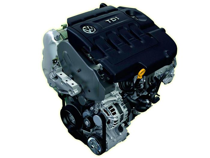 A la vista de lo que, estéticamente hablando, ofrece el motor fuera de su vano, casi mejor que lleve la gran tapa superior de plástico.