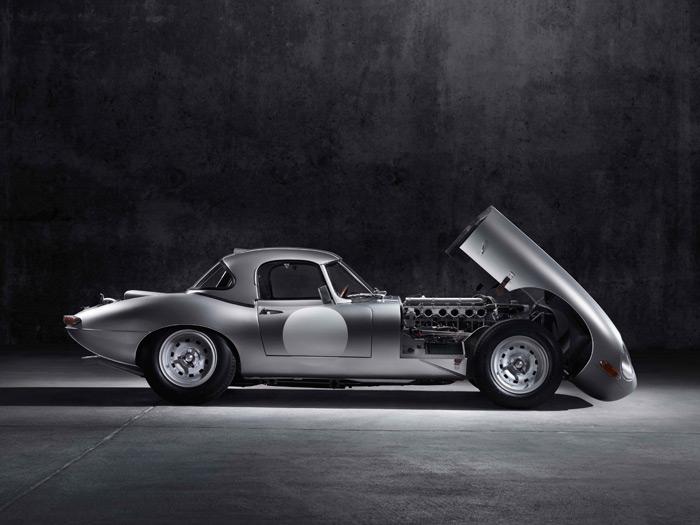 """La enorme pieza que supone la suma de frontal, capó y aletas delanteras ya era impactante en el E-Type de serie, y eso siendo de chapa de acero; en el Lightweight, al ser de aluminio, tiene mucho más mérito. Obsérvese, pese a que el cárter seco permite rebajar un poco su posición, cómo los culatines acaban estando a la altura de la base del parabrisas; en Jaguar no se decidieron a seguir el camino marcado por Mercedes en su SL-300 """"alas de gaviota"""", inclinando el motor sobre un costado."""