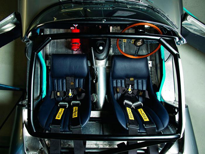 Elemental: todo lo necesario, nada superfluo. Si al copiloto le molesta el extintor, pues se fastidia (si no es para competir, se puede quitar, claro). Todavía estaba a medio quitar la envoltura azul del arco de seguridad en su zona inferior delantera, la que puede ser opcional.