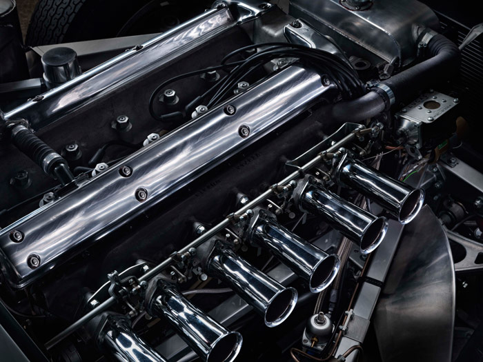 Con esta foto se comprende por qué (entre otras razones como el aislamiento acústico) los motores actuales se enmascaran bajo caparazones de plástico. ¿Cuál podría competir, estéticamente hablando, con estos culatines pulidos y estas trompetas de admisión?