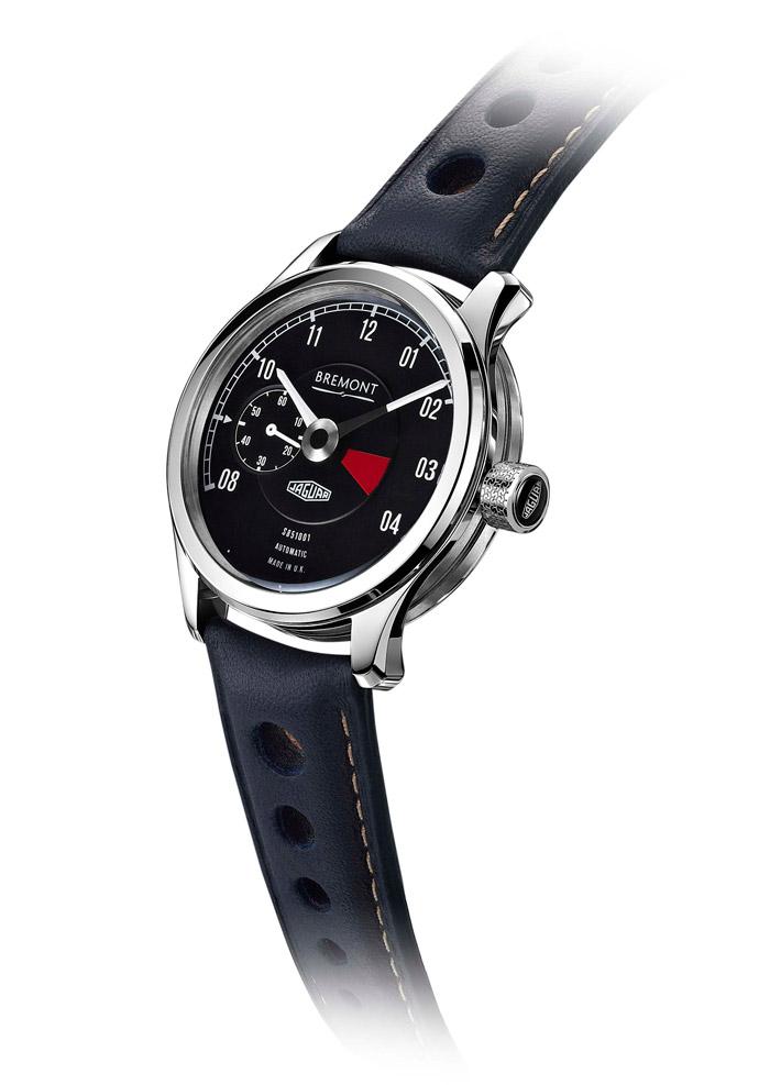 El reloj Bremont que acompañará a cada una de las seis nuevas unidades del Lightweight (con su número de motor y bastidor grabados). La zona roja está en el lugar exacto: entre 3 y 4 de la tarde, para proteger el momento de la siesta. El cuero de la correa es el mismo de la tapicería.