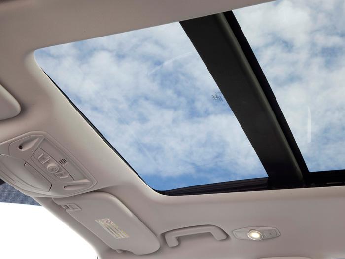 El techo solar, en determinados climas, no hay duda de que constituye un buen elemento de reclamo; en otros más cálidos y luminosos, se puede pasar de ello perfectamente.