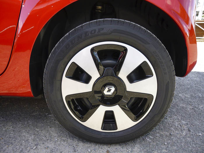 Renault Twingo 2015. Llanta de chapa con embellecedor