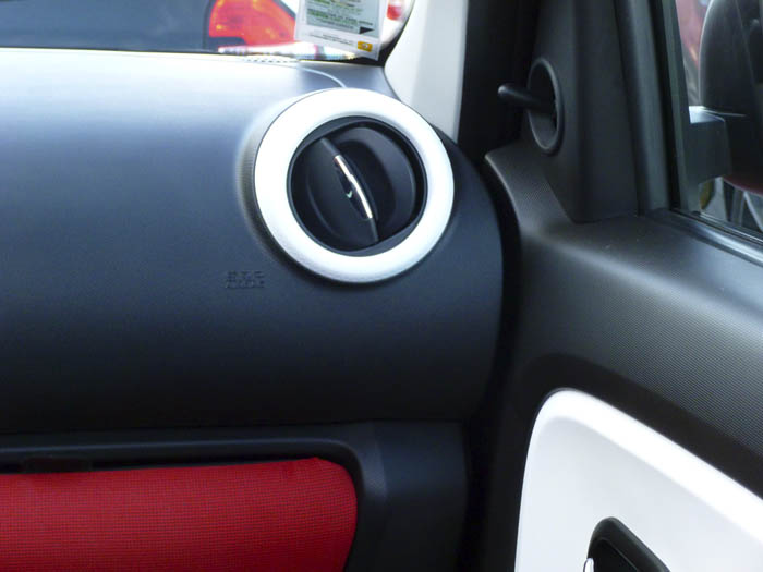 Renault Twingo 2015. Espejo de accionamiento manual.