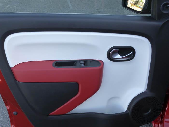 Renault Twingo 2015. Puerta en rojo.
