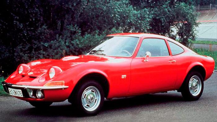 El primer ancestro Opel, si bien de dos plazas: el 1.9-GT de 1968, basado en el Kadett: faros retráctiles y sin portón trasero; el equipaje se metía por las puertas.