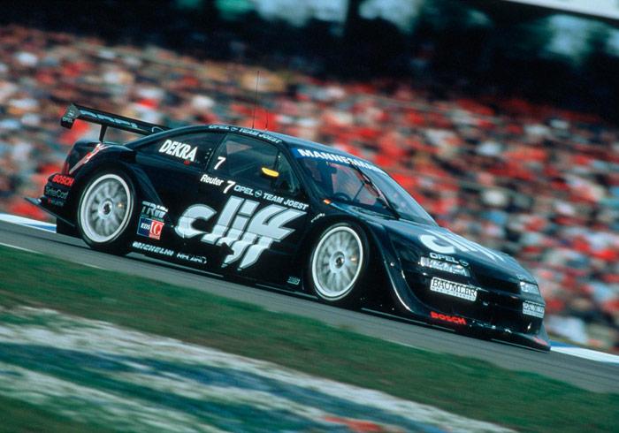 """Diversos pilotos alemanes, entre ellos Manuel Reuter (en la foto, que consiguió el título del ITC –luego DTM- en 1996) pilotaron el Calibra 2.5 V6 de 470 a más de 500 CV. Pero era una versión tan alejada del modelo de venta al público, y tan específicamente alemana, que apenas si transmitió su prestigio al coche de calle. Se le recuerda como una """"rareza""""."""