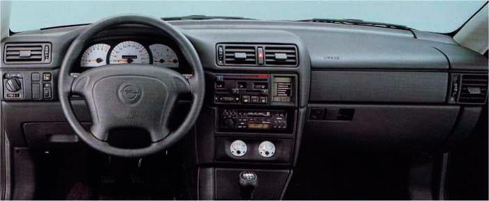 Otra variante de consola, con instrumentación añadida, pero  con el pomo del cambio original; el airbag obliga a un volante más voluminoso y menos estilizado.