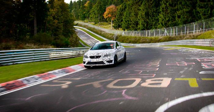 """A principios de año, con Jordi Gené al volante, el Cupra batió el récord de Nürburgring para coches de serie de tracción delantera, dejándolo en 7'58""""4, lo que supuso rebajarlo del orden de 10"""". Montaba el Performance Pack que llega al mercado este verano, consistente en un """"sistema de frenos Brembo"""" (no dice si sólo pinzas, o también discos de más tamaño que de serie), llantas de 19"""" """"de diseño especial"""" (¿más anchas?, o quizás aumentando un poco la vía, o algo más ligeras), y neumáticos Michelin Pilot Sport Cup-2 """"street legal"""". Parece que, al poco tiempo, el Renault Mégane RS (265 CV de serie) ha vuelto al batir el récord por una diferencia mínima. Es que son como niños (pues yo hago pis más lejos)."""