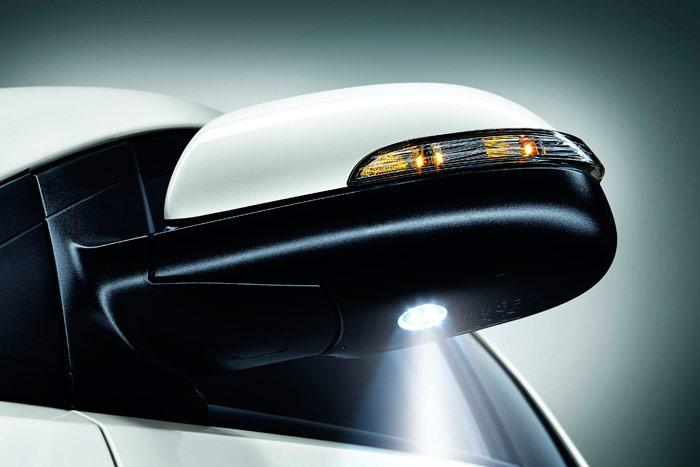 El perfilado diseño del espejo lateral incluye intermitente y un proyector de luz LED para iluminar el suelo al abrir la puerta.