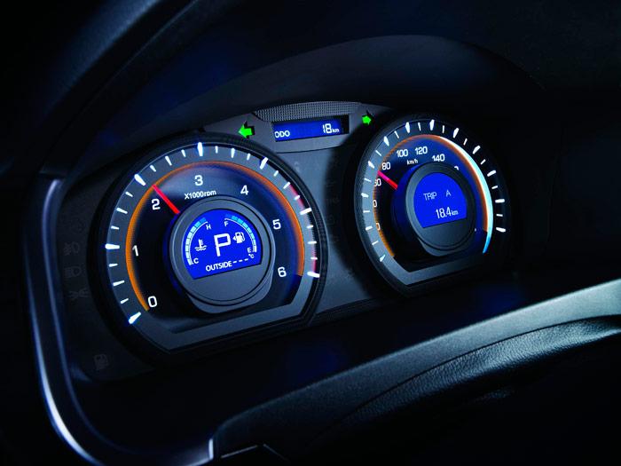 Instrumentación aparentemente simple, pero en la cual –si bien en tamaño bastante pequeño- aparece casi toda la información que es relevante para el conductor.