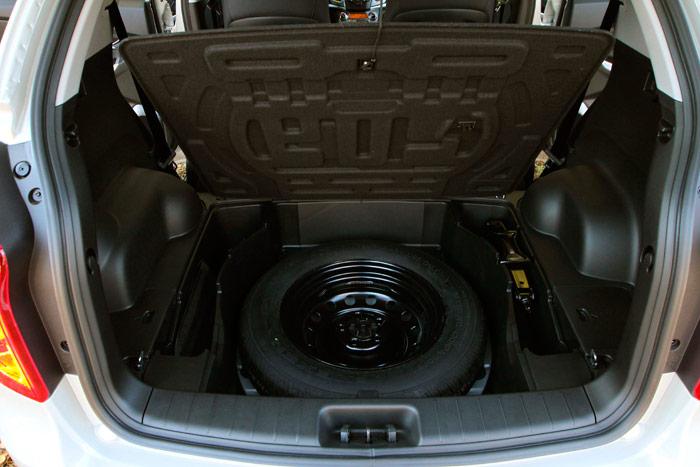 Segundo hueco bajo el piso del maletero: por debajo de la bandeja va la rueda de repuesto, que es de galleta. Así se explica que, a pesar de esta doble utilidad, el maletero tenga una capacidad tan amplia.