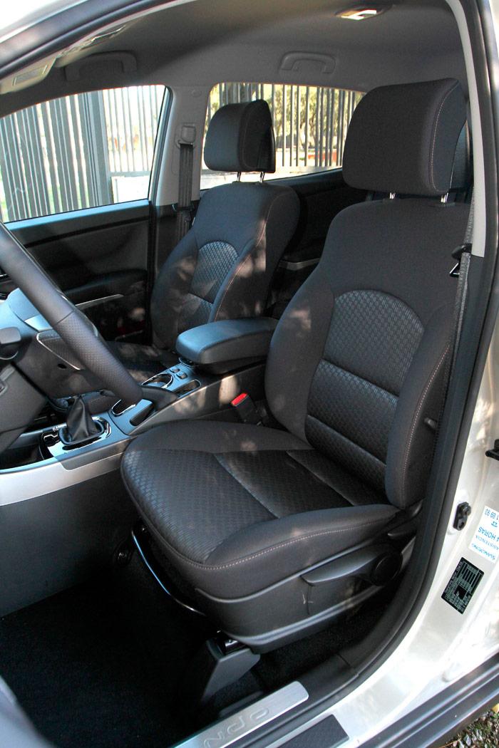 Los mandos del asiento del conductor son todos manuales, pero muy completos, incluyendo reglaje de altura y lumbar.