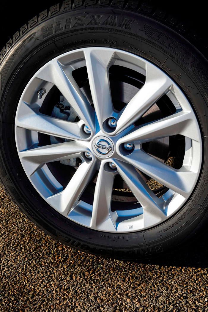 """Aquí tenemos la llanta y tamaño de neumático de nuestra unidad de pruebas; pero en este caso se trata de un Bridgestone Blizzak LM-80 EVO (la denominación ya es tan larga como la del propio coche), que es un M+S """"todo tiempo"""" con especificación """"nieve"""". Muy prudentemente, nuestro Qashqai llevaba una monta de baja resistencia a rodadura, que permitió un consumo sin duda algo mejor."""