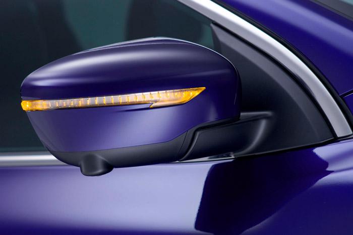 El retrovisor de puerta añade a su función principal la de intermitente de giro y la pequeña cámara de ayuda al parking orientada hacia el suelo.
