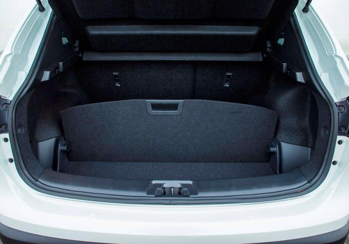 El doble piso del maletero permite compartimentarlo de formas diversas, al margen de que se utilice o no el abatimiento del asiento posterior.