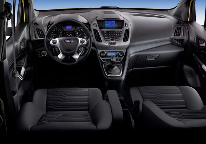 En este enfoque, sin apreciar la altura del piso respecto al pavimento ni la situación y ángulo del capó, se podría confundir perfectamente el puesto de conducción del comercial Connect Compact con el de un SUV de lujo.