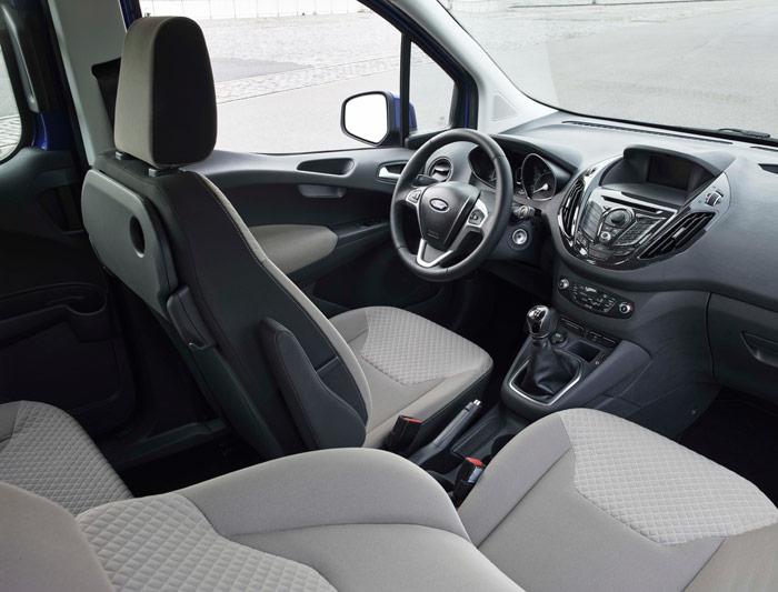 Situación equivalente en el Courier, cuyo interior, algo menos fastuoso que el del Connect, podría pasar por el del monovolumen B-Max o incluso del propio Fiesta, salvo que para quien se los conozca de memoria.