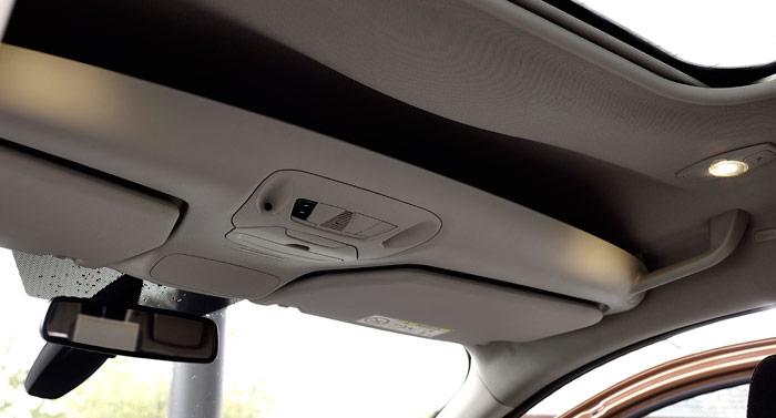 Su gran estatura le permite al Connect disponer de una amplia bandeja en la zona delantera del techo; y eso incluso cuando dispone de la opción de techo solar, que le resta algo de espacio disponible.