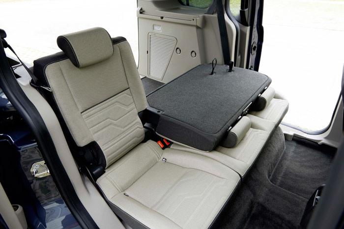 Como en todos estos vehículos, las posibilidades de la zona de carga del Connect son múltiples; aquí tenemos un plegado mixto del asiento posterior, con tres plazas y sin abatir por completo la zona izquierda.