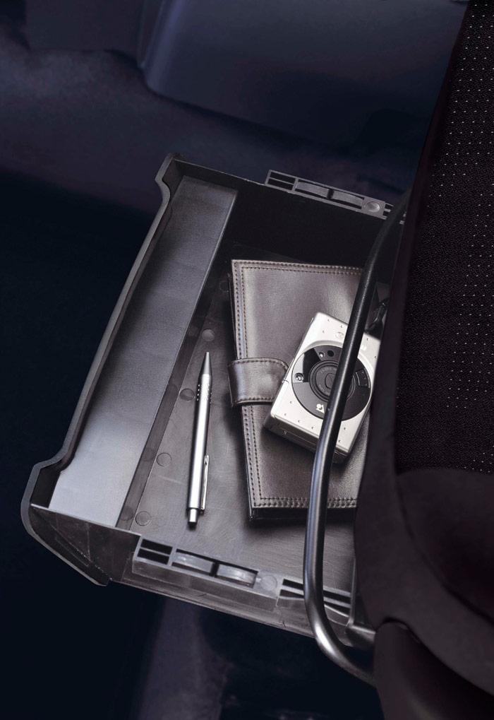 Debajo del asiento del copiloto del Courier puede ir una pequeña bandeja para impedimenta de poco volumen.