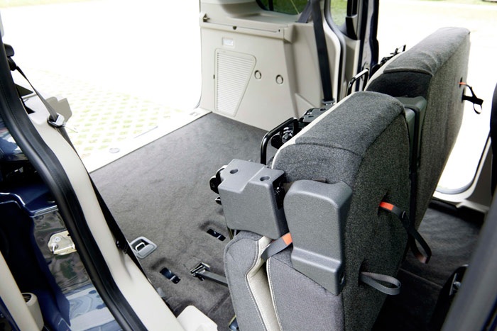 El asiento posterior del Connect totalmente abatido; el siguiente paso sería sacarlo, para dejar dos plazas y todo el resto como zona de carga.