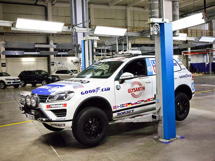 La preparación del coche se llevó a efecto en la propia factoría eslovaca de Bratislava, donde se fabrica en exclusiva el Touareg. La operación se inició antes del verano, y el coche salió de fábrica casi cinco meses antes de ser comercializado.