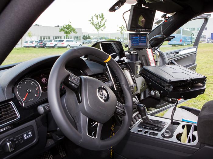 El copiloto casi no puede ver la carretera, debido a la acumulación de instrumentos de navegación y comunicación que lleva delante. Al margen de los refuerzos de la versión Terrain Tech, se aprecian los tubos de la robusta jaula antivuelco.