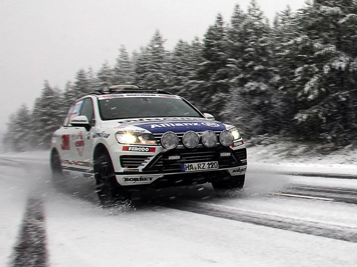 Salida del recorrido para el récord, tras de una pequeña nevada (acababa de entrar el otoño). Obsérvese cómo el conductor se sale de las roderas marcadas, para levantar polvo de nieve y darle un poco de espectacularidad a la foto.
