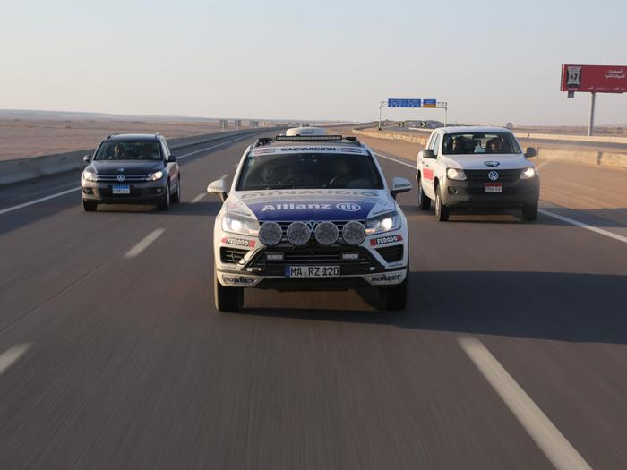 A la llegada a Egipto, el Touareg es escoltado por otros dos vehículos del importador VW. Como se verá, la carretera es de primer orden.