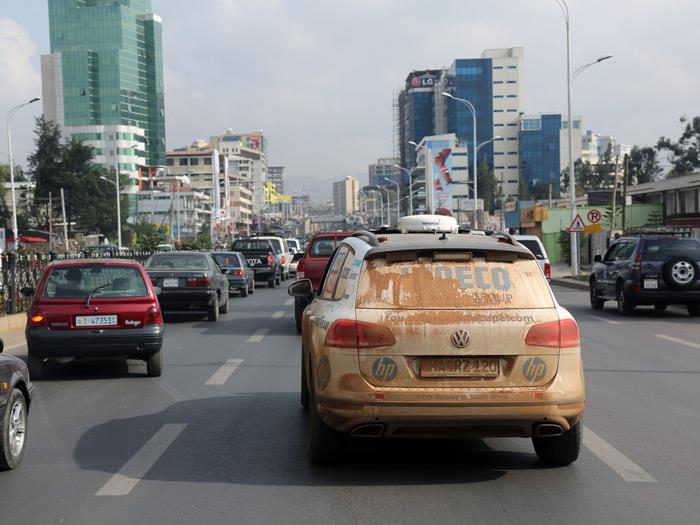 """Addis-Abeba, capital de Etiopía, con sus rascacielos y todo. Nuestro Touareg lleva en el paragolpes trasero una pegatina que dice """"From Norway to South Africa"""", como para justificar ir tan sucio de arena entre los mucho más limpios vehículos de matrícula local."""