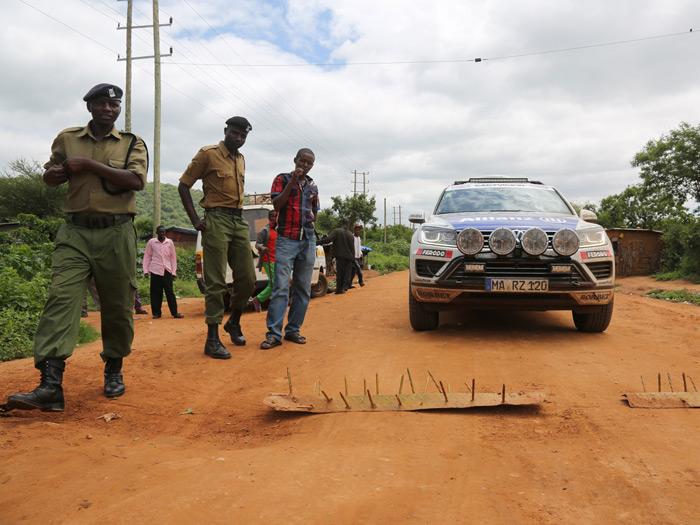 En la frontera entre Etiopía y  Kenia, expeditivo procedimiento para evitar que alguien se salte el control. A juzgar por el lamentable estado de las chapas y los clavos, más de uno lo ha intentado.
