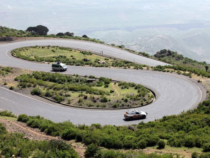 Entre Sudán y Etiopía, la carretera tiene algún que otro paso montañoso; pero el pavimento parece ser muy bueno, y las horquillas están generosamente ensanchadas, para que puedan cruzarse dos camiones grandes.