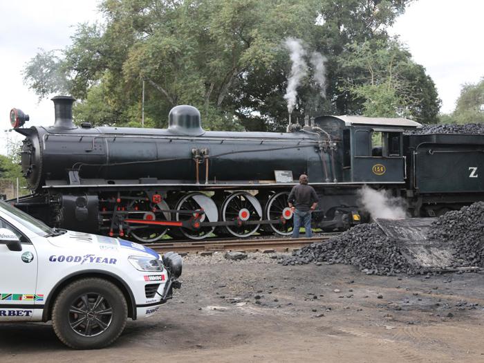 """Seguimos con los clásicos: en un paso a nivel se encontraron con este artefacto, que sin duda pertenece los """"ferrocarriles estatales de Zambia o Zimbabwe"""", a juzgar por las siglas que figuran en su """"ténder"""", bien repostado del carbón debidamente amontonado junto a la vía. Las llantas delatan que la foto vuelve a ser del recorrido de pruebas."""
