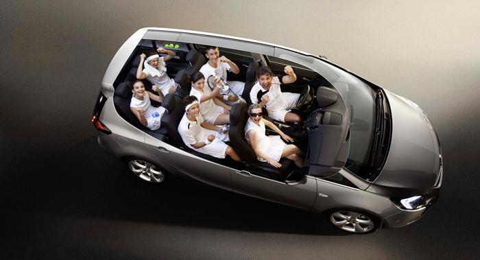 A cambio de reducir drásticamente la capacidad del maletero (para algo están los carriles del  techo, a la espera de una buena baca aerodinámica), el Zafira Tourer ofrece siete auténticas plazas.