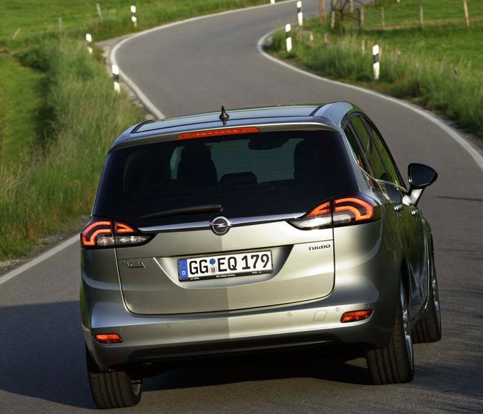 El bisel longitudinal (vertical en la zaga) que divide al coche en una simetría especular, viene siendo desde hace muchos años un elemento estético distintivo en todos los Opel.