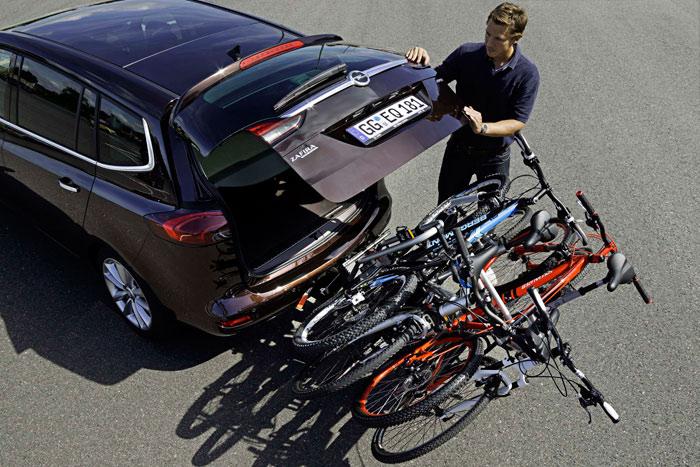 Todo un récord: el porta-bicicletas FlexFix (todo es Flex en el Zafira) puede llevar hasta cuatro bicis; y no sólo eso, sino que permite abrir el portón sin desmontarlas, gracias a la robusta bisagra que lo une al bastidor deslizante que se oculta bajo el maletero.
