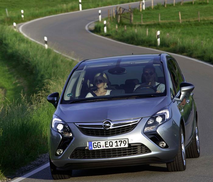"""El toque de máxima modernidad lo tenemos en el diseño del frontal, prácticamente idéntico al del híbrido (eléctrico """"extended range"""" para Opel) Ampera; y además, resulta muy aerodinámico en ambos coches."""