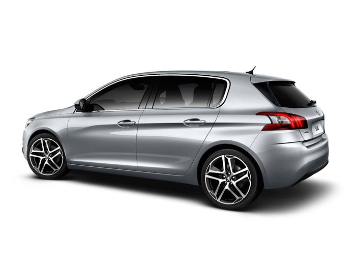 La intención declarada de rivalizar con el VW Golf se confirma con esta silueta maciza y germánica. También intentó lo mismo Fiat con el Stilo; pero esta vez parece que la jugada tiene más visos de acertar.