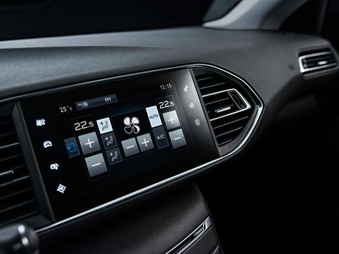 Enfoque alternativo al de la foto nº3, que permite apreciar el diseño muy despejado del salpicadero, sin más elementos que el cuadro de instrumentos frente al conductor (que lo mira por encima del  volante), y esta pantalla central.