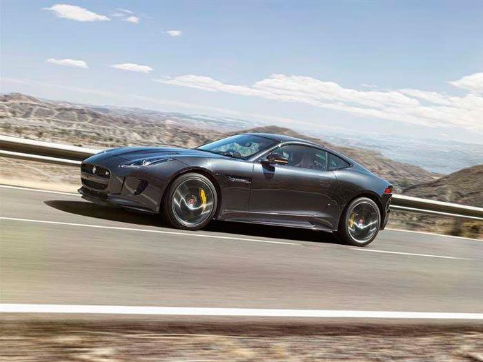 El Jaguar F-Type a/m'16 en versión Coupé R S/C en plena subida por una carretera que –como en las demás fotos- tiene todo el aspecto de ser española, por paisaje, asfalto, pintura, arcenes y guarda-railes.