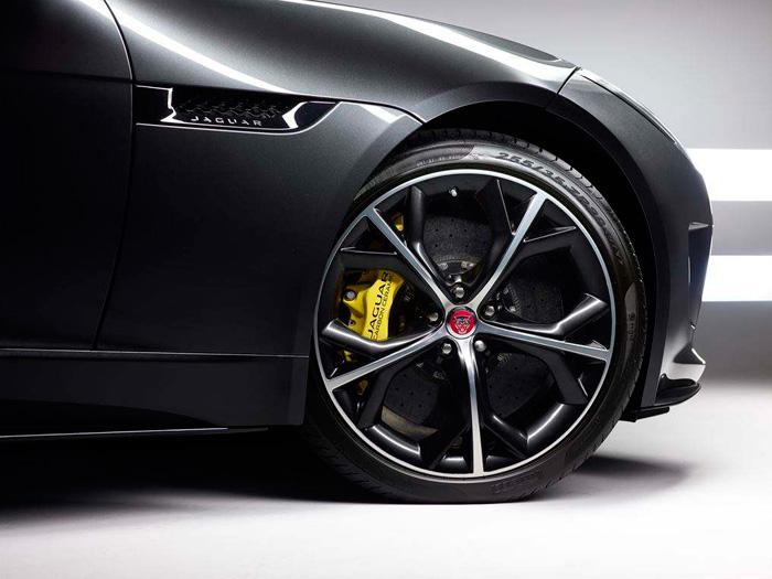 Por neumático y frenos, que no quede: el 5.0 V8 lleva gomas de 255/35-20 delante (detrás más anchas), y discos carbocerámicos de 380 mm.