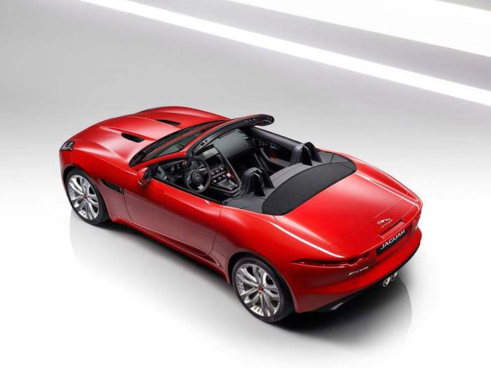 """El Convertible con techo de lona no tiene contrincantes; tanto el SLK de Mercedes como el Z4 de BMW son coupé/cabrio de techo metálico plegable. Con el motor V6 mantiene el capó de la versión a/m'15; el de la foto, con cambio manual de 6 marchas y propulsión trasera, es una """"pera en dulce"""" (aunque cara) para los amantes de la conducción clásica."""