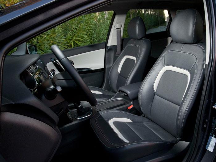"""Los asientos de cuero del SW Emotion Eco-Dynamics son francamente lujosos; los del GT, mucho más envolventes, son Recaro (lo pone en la zona inferior del reposacabezas), pero no los típicos """"buckets"""", sino un tipo intermedio entre deportivos y confortables butacas."""