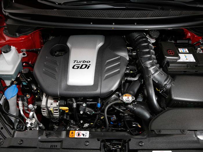 El motor del GT, al margen de la habitual mezcolanza de cables, tubos y manguitos, ofrece un rendimiento más que sobradamente potente, y es sumamente agradable y fácil de controlar y utilizar.