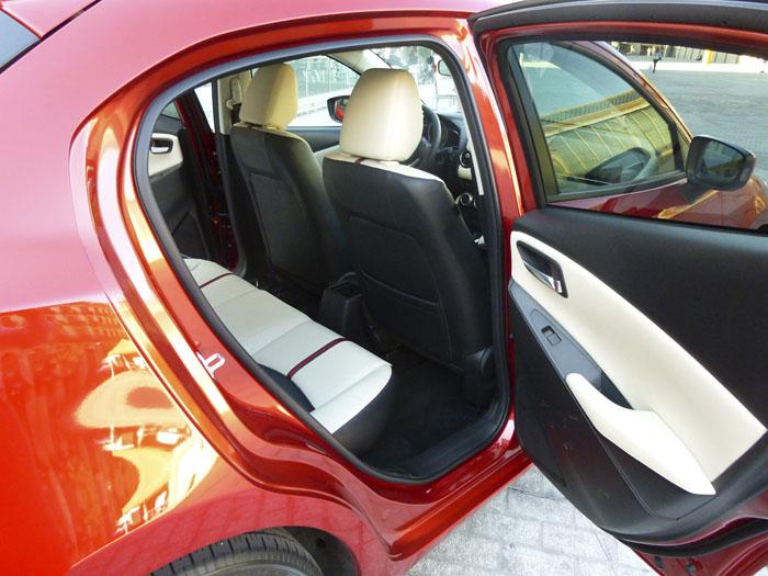 Mazda2 2015.  Acceso a plazas traseras.