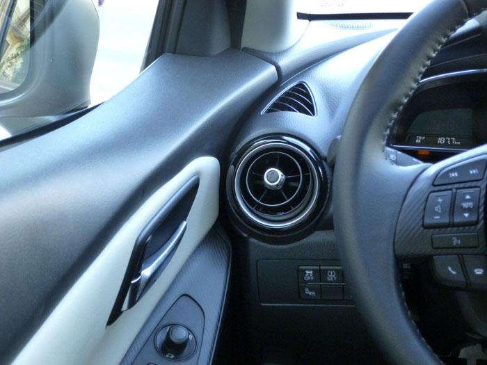 Mazda2 2015. Unión puerta - salpicadero. Puerta cerrada.