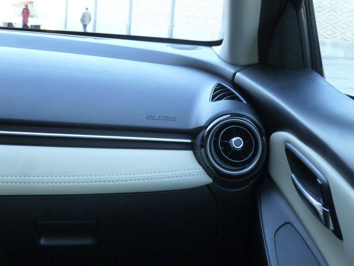 Mazda2 2015. Salpicadero - Puerta del acompañante.