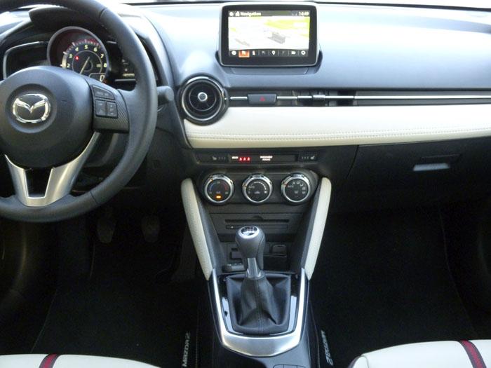 Mazda2 2015. Consola central. Sin botones.