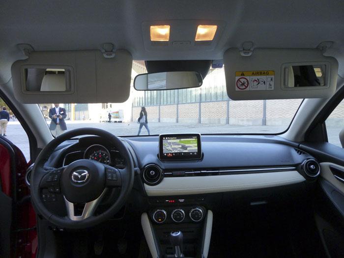 Mazda2 2015. Luces interiores y espejos de cortesía